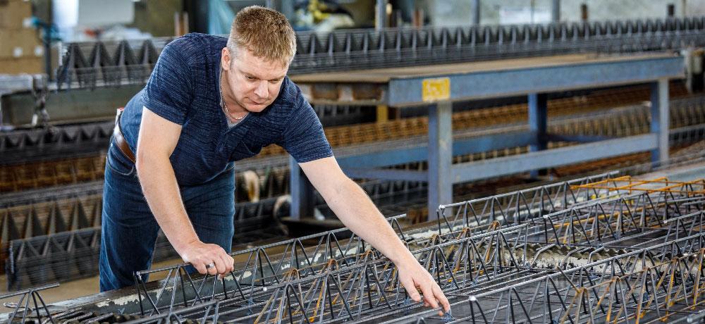 Mitarbeiter Christian Jungbluth mit Betonbauteilen | thomas gruppe